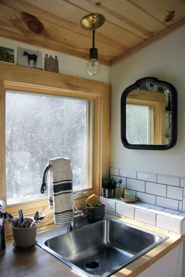 Simple Farmhouse Kitchen with Corner Sink (by. apartmenttherapy.com)