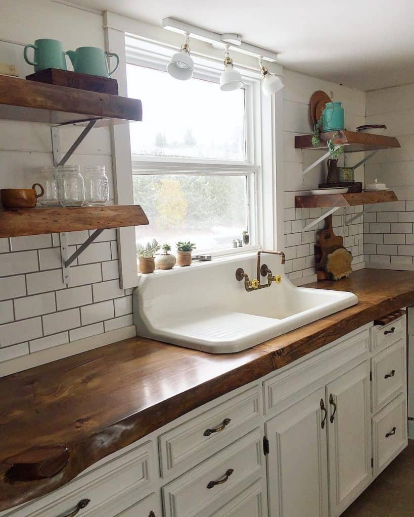 White Farmhouse Kitchen with Floating Shelves (by. @theupcyclingjunkies)