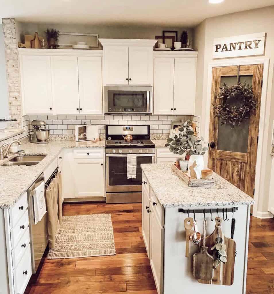 Farmhouse Kitchen with Layered Cabinet (by. @farmhousedecor_inspo)