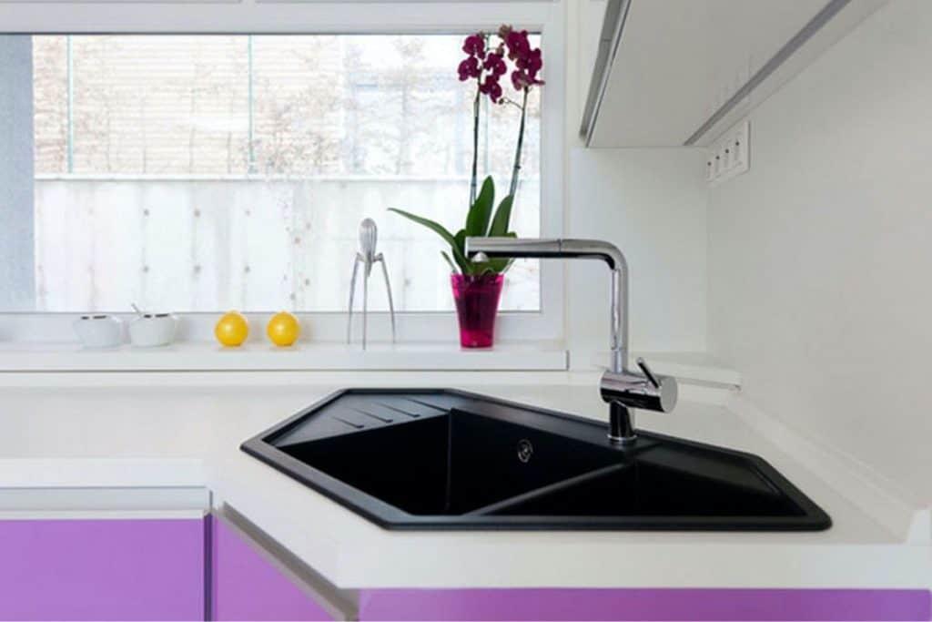 Modern and Elegant Black Sink (by. homedit.com)