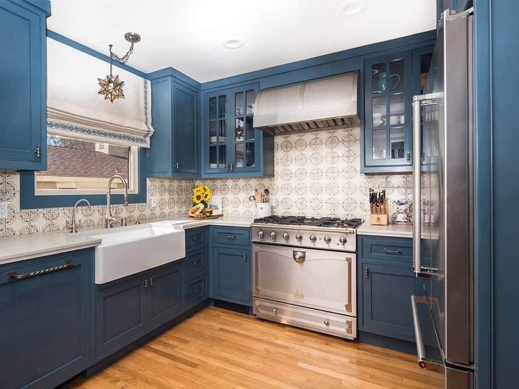 Bicolor Spanish Tile Kitchen (by. @caesarstoneus)