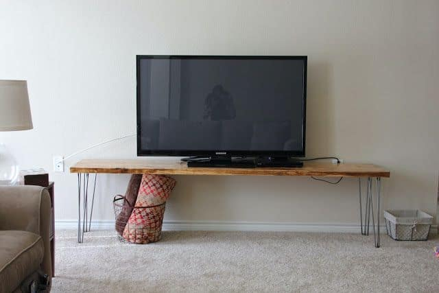 Simple Table TV Stand (by. sweet-verbena.blogspot.com)